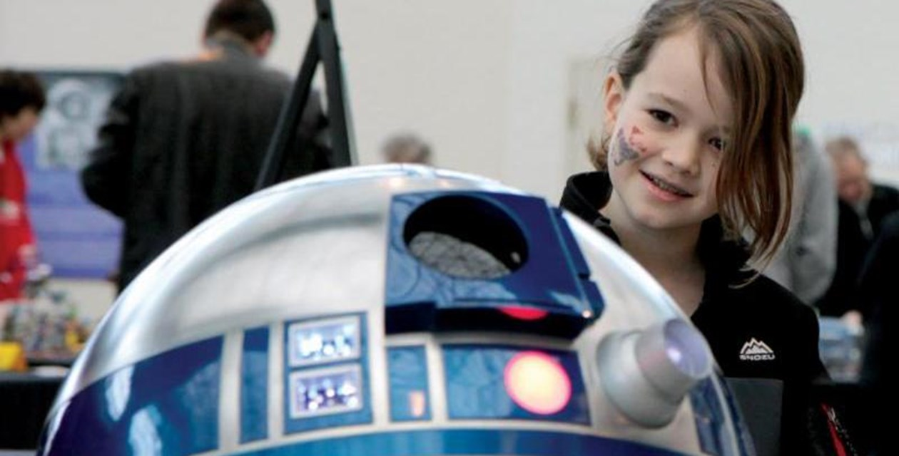 R2-D2 and Girl
